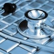 Bild eines Stethoskops auf einer Computertastatur