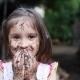 Foto von Mädchen mit Schlamm, Erde und Schmutz an Händen und im Gesicht