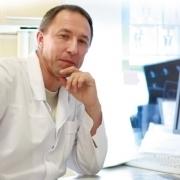 Foto von Robert Reidy vor einem Computer sitzend