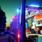 Bild eines beleuchteten, offenen Krankenwagens bei Nacht