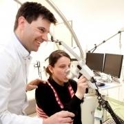 Dr. Freerk Prenzel mit einer einen Lungenfunktionstest durchführenden Patientin