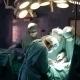 Vier Ärzte in türkisen Kitteln und Mundschutz bei einer Operation im OP-Saal