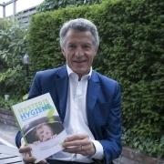 """Bild von Manfred Berger mit seinem Buch """"Hysterie Hygiene"""" in der Hand"""