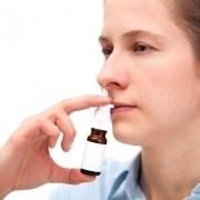 Bild einer Frau mit Nasenspray
