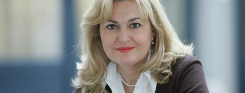 Portrait von Prof. Eva Medina mit verschwommenem Hintergrund
