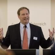 Portrait of Dr. Bernhard Küenburg lecturing
